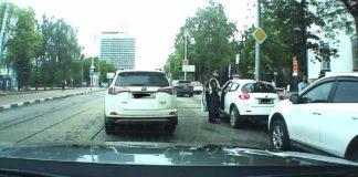 Сотрудники ГИБДД начали штрафовать водителей, останавливающихся у начальной гимназии №1. Фото