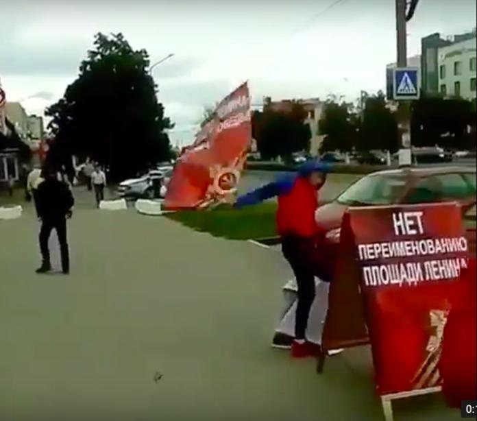 Пряча лица, молодые люди громили баннеры с лозунгами протеста. ульяновск сегодня ульяновск онлайн ульяновск новости лайф73 73онлайн улпресса