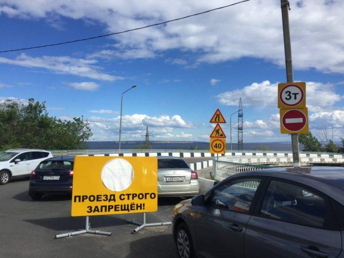 Дорогу на Центральный пляж приоткрыли: бетонные блоки с проезжей части убрали, а знак «кирпич» оставили