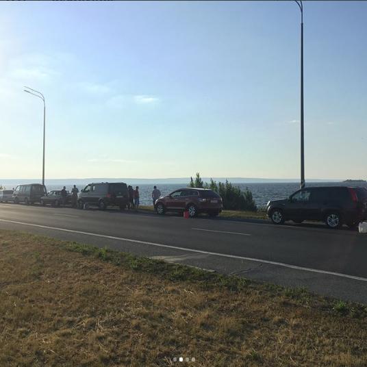 В знак протеста против роста цен на бензин на Президентском мосту выстроилась шеренга автомобилей с пустыми канистрами