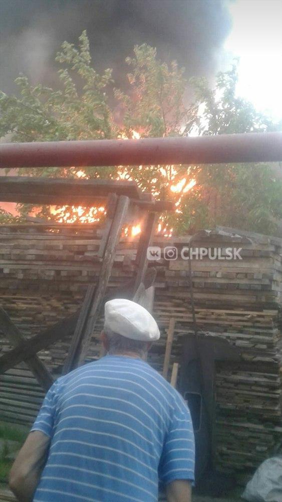 На Маяковского загорелись бани и сарай: с огнем боролись 45 человек. Ульяновск пожар, пожарные Ульяновск, пожар,Ульяновск сегодня, Чп ульяновск,чп,проишествие,