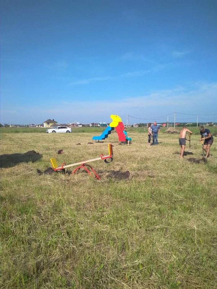 Начали установку детской площадки на участках для многодетных. Фото дня от Наиля ЮМАКУЛОВА