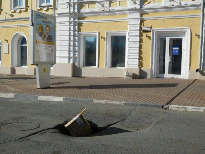 Осторожно: провал. На Дворцовой, где в прошлом году закрывали дорогу для ремонта сетей, просел асфальт