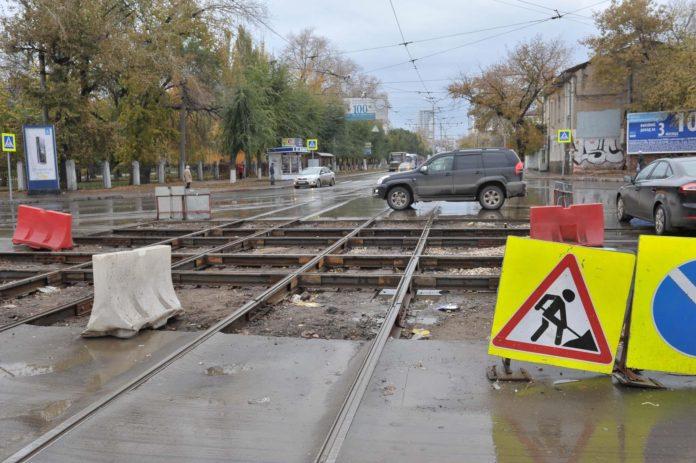 На две ночи дорогу закроют для транспорта. На перекрёстке улицы Инзенской и проспекта Гая меняют рельсы