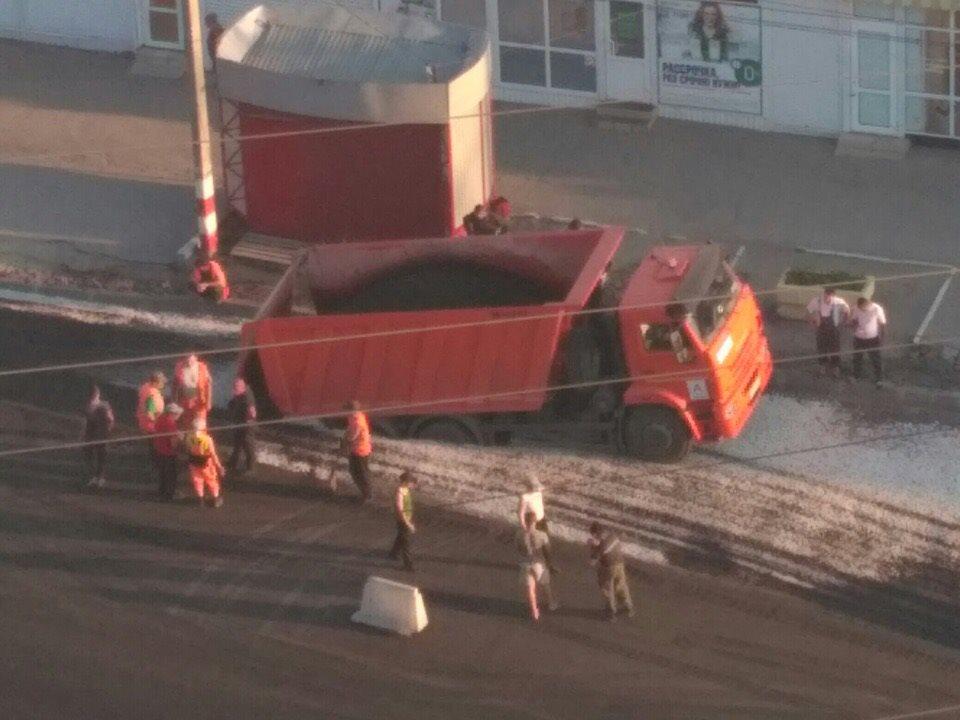 Велика Росія: КамАЗ провалився у яму, для якої привіз асфальт (ВІДЕО) - image 57147_big on https://kyivtime.co.ua