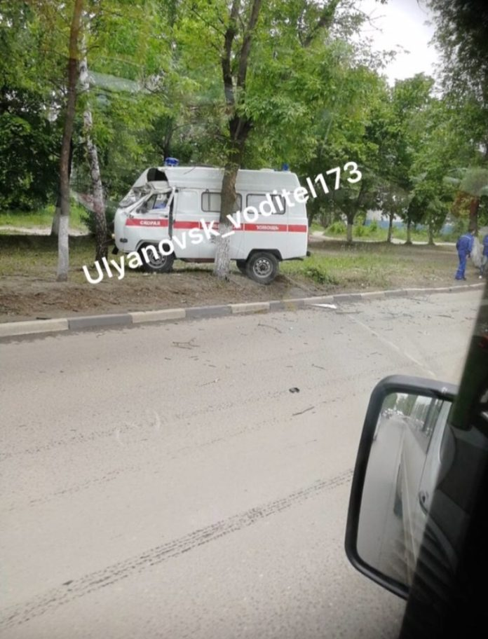 На Варейкиса после столкновения с Калиной машина «скорой» въехала в дерево. Фото