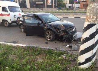 Водитель на Шевроле врезался в столб на Пушкаревском кольце. Фото