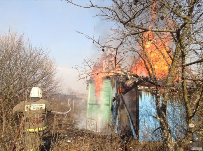 В засвияжском СНТ одновременно сгорели три садовых домика горят домики ульяновск,пожар ульяновск,сотрудники мес пожарные, новости Ульяновска,