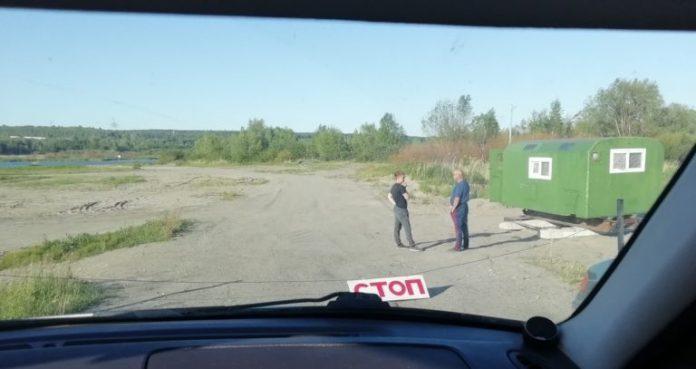 Поставили будку, повесили знак и перегородили проезд. С желающих проехать под мост перед Лаишевкой собирают по 100 рублей.
