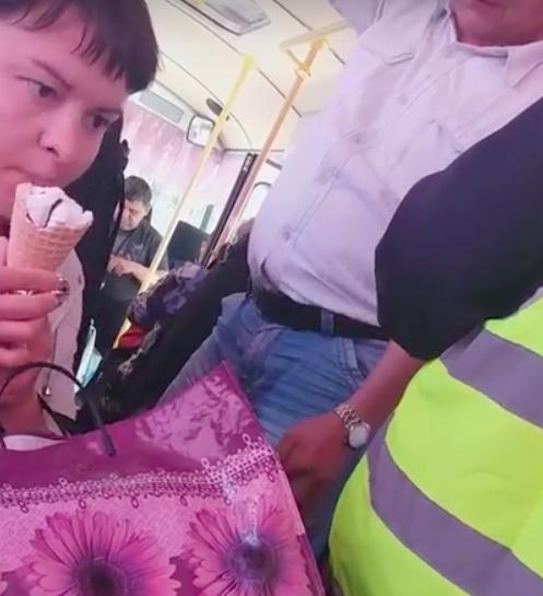 «В общественных местах и в автобусах не ездят с мороженым». Водитель пытался выгнать пассажирку из общественного транспорта. Видео