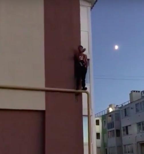 «За мной гонятся». Неадекватный мужчина забрался на газовую трубу и отказывался слезать. Видео