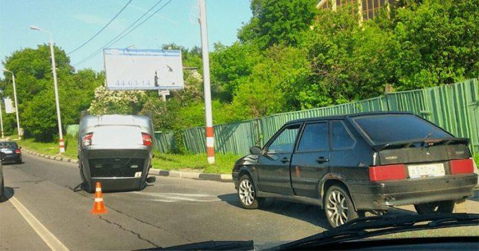 На легковой «восьмерке» перевернулся ВАЗ. Фото Ульяновск проишествие,ДТП,Ульяновск Автомобиль перевернулся на крышу, легковая восьмерка,