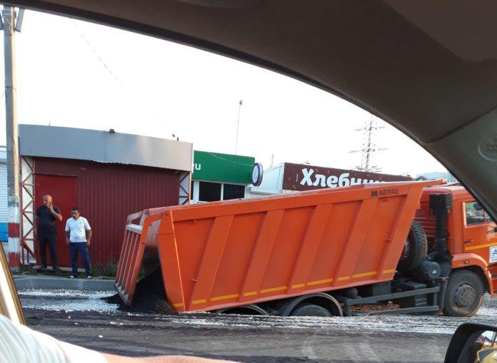 Велика Росія: КамАЗ провалився у яму, для якої привіз асфальт (ВІДЕО) - image hcEnvNXhaw-696x509 on https://kyivtime.co.ua