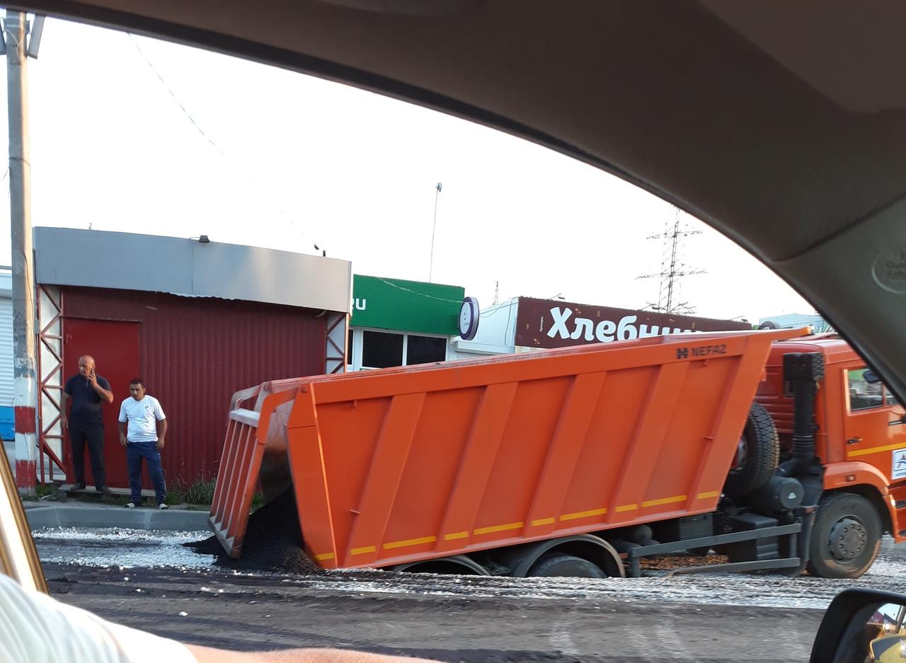 Велика Росія: КамАЗ провалився у яму, для якої привіз асфальт (ВІДЕО) - image hcEnvNXhaw on https://kyivtime.co.ua