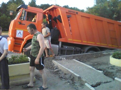 Велика Росія: КамАЗ провалився у яму, для якої привіз асфальт (ВІДЕО) - image kamaz on https://kyivtime.co.ua
