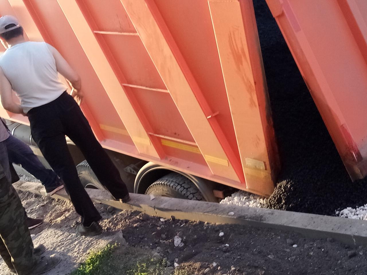 Велика Росія: КамАЗ провалився у яму, для якої привіз асфальт (ВІДЕО) - image kamaz2 on https://kyivtime.co.ua