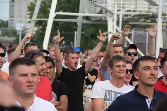 Триумф! Сборная России обыграла испанцев — наши фанаты перекрыли Гончарова. Смотрим, как праздновал Ульяновск