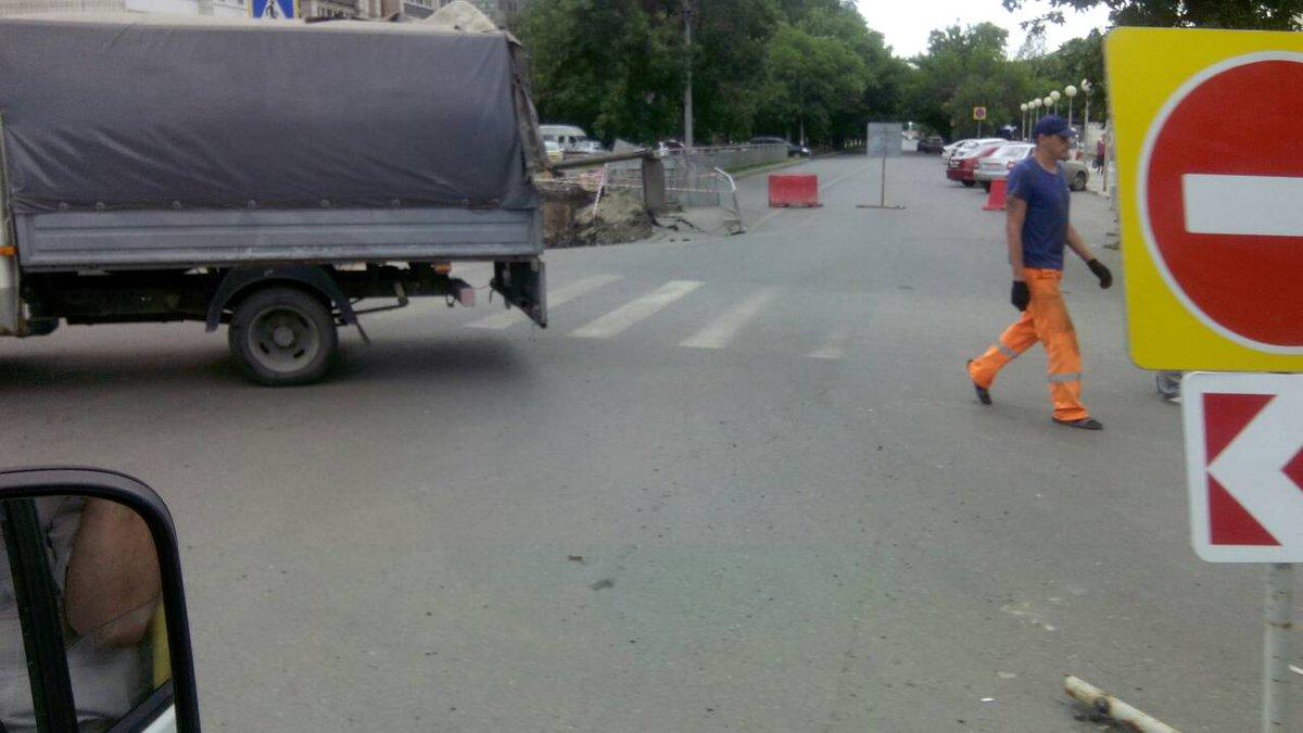Провал на Камышинской перебрался на дорогу: движение перекрыто. Фото