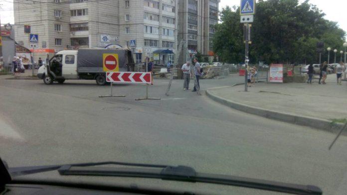 Провал на Камышинской перебрался на дорогу: движение перекрыто.