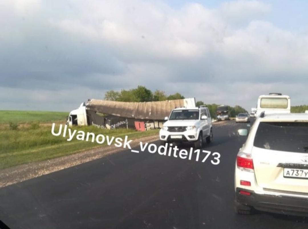На трассе в Карсунском районе столкнулись фура и пассажирский автобус.