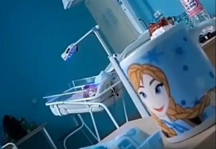 Интернет потрясло видео, на котором женщина кричит на своего малыша и толкает его кроватк