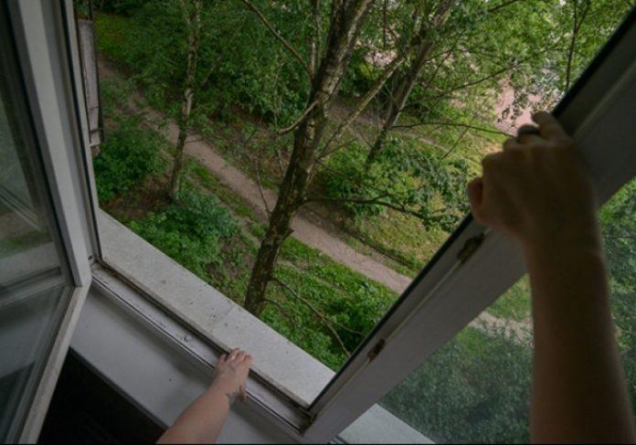 13-летний мальчик выпал из окна 4 этажа: подросток погиб
