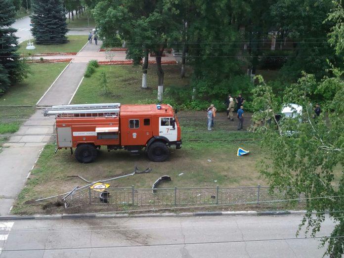 В Ульяновске легковушка врезалась в ограждение, после вылетела на трамвайные пути