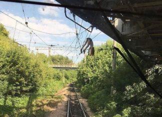 В Самаре школьница из Ульяновска упала на высоковольтные провода вовремя селфи. Видео