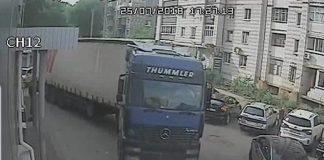 В Ульяновске водитель фуры протаранил три машины и уехал