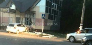 Под Ульяновском легковушка протаранила здание после столкновения в другим ТС