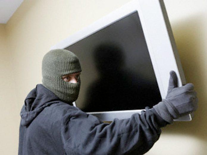 Вор украл у ульяновца телевизор и телефон