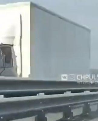 На Президентском мосту задымилась фура