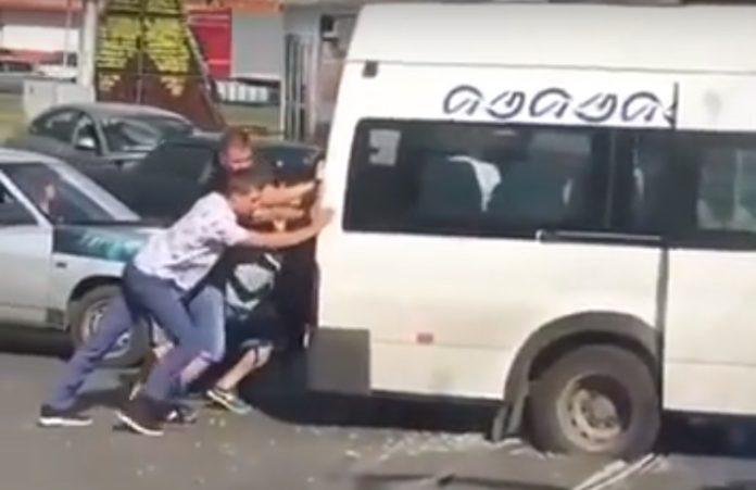 Ульяновцы толкали маршрутку, застрявшую между рельсами