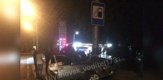 В Ульяновске водитель «Приоры» врезался в столб и получил переломы обеих ног. Видео и фото