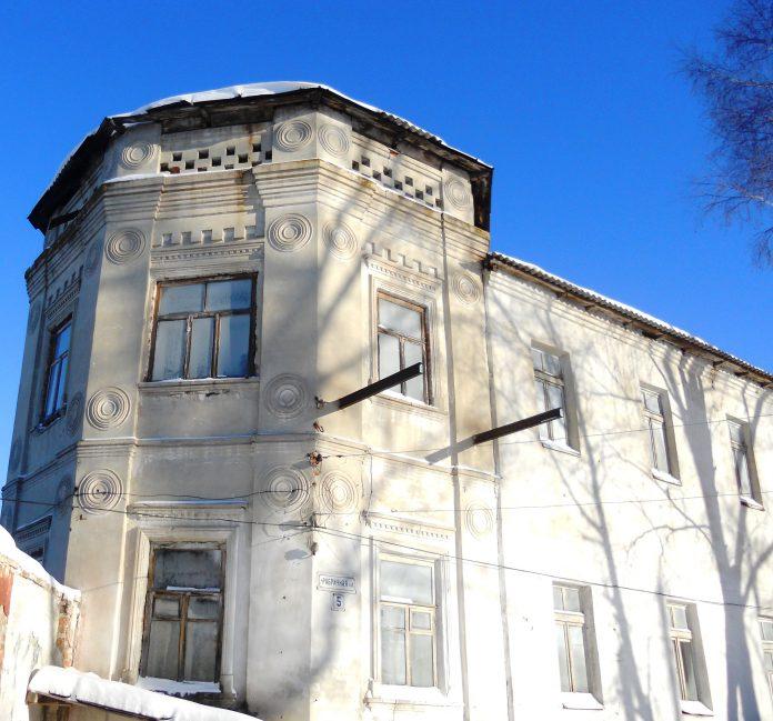 В Барыше сгорело здание «Гурьевской Усадьбы», построенное в XIX веке. Фото с места пожара