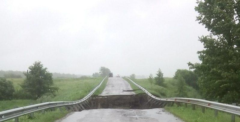 В селе Русская Беденьга за 29 миллионов отремонтировали мост, разрушенный год назад после сильного дождя. Фото дня