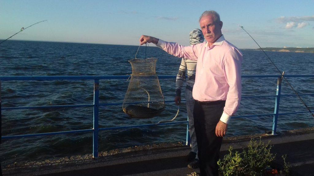 Обсудили спорные моменты благоустройства и попросили поставить лавочки и биотуалет. Морозов встретился с рыбаками у Президентского моста. Фото