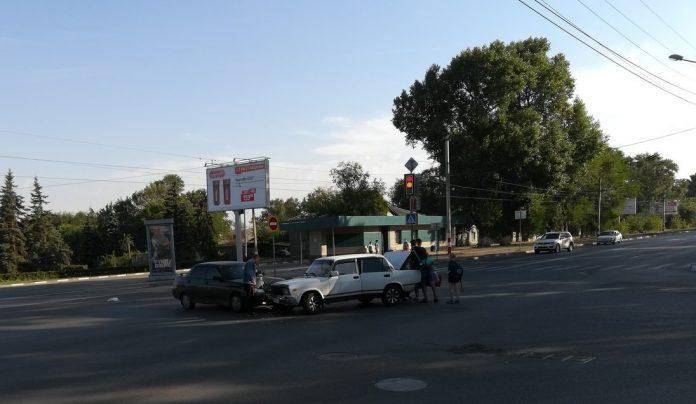 Утром в Ульяновске на Локомотивной столкнулись две легковушки. Фото