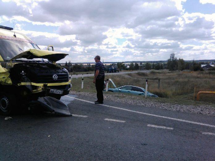 Под Ульяновском столкнулись иномарка и реанимационный автомобиль: двое пострадали. Фото