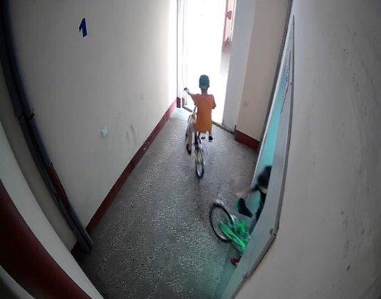 В Ульяновске двое подростков украли велосипеды из подъезда. Фото