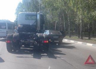 В Ульяновске на Московском шоссе «пробка» из-за аварии. ФотоВ Ульяновске на Московском шоссе «пробка» из-за аварии
