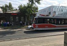 В Ульяновске мужчина бегал весь в крови и потом бросился под трамвай. Видео и фото