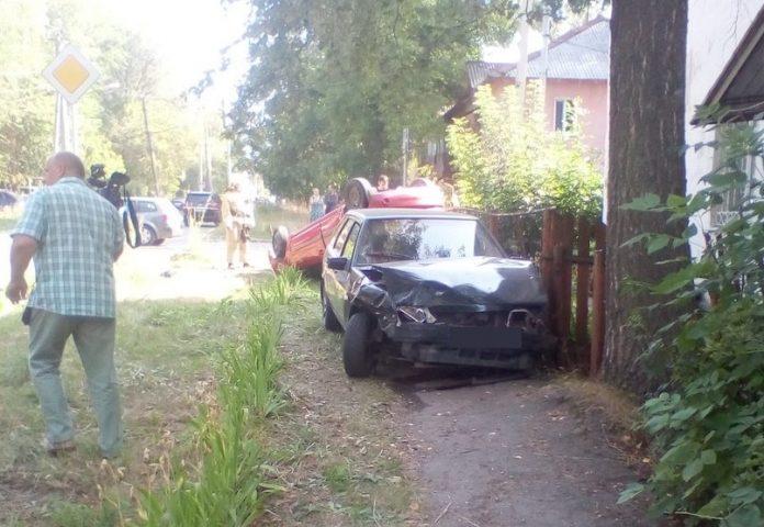 В Ульяновске на улице Ватутина перевернулась иномарка. Фото