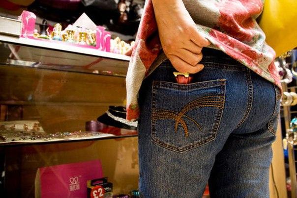 20-летняя девушка украла из магазина четыре флакона духов