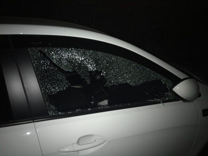 За поимку хулиганов, которые разбили стекла пяти машинам, предлагают вознаграждение в 50 тысяч рублей