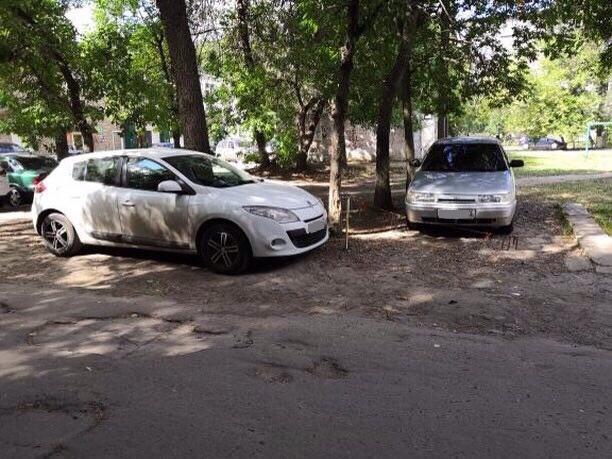 Ульяновцы жалуются на водителей, которые паркуются на газоне. Фото