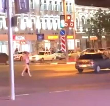 По центру Ульяновска прогуливался абсолютно голый мужчина. Видео
