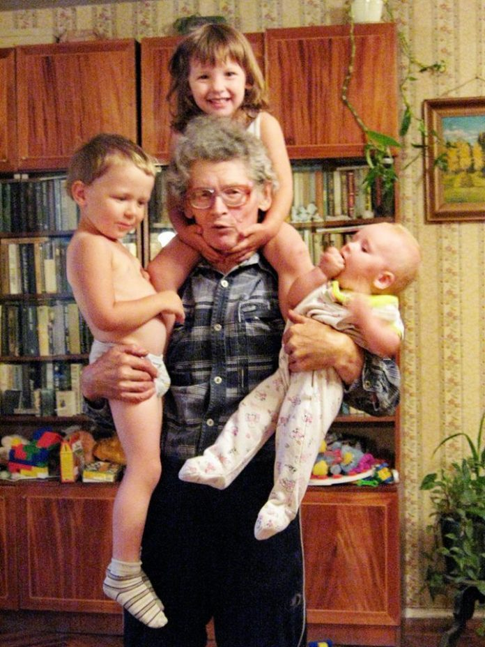 Геннадий Краснопёров: этому снимку пятьлет – сегодня уже так внуков не подниму. Фото:Из личного архива Г.Краснопёрова